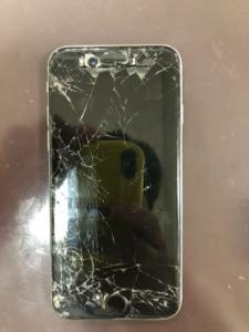 画面が割れ内部がむき出しのiPhone6s